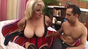 Секретутка в эротичных колготках берет в рот и дает в жопу и в пилотку