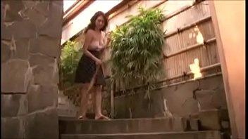 Женщина раздвигает половые губки и достает в вульву фаллос партнера