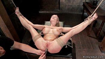 Молодая малышка в темных нейлоне светит обнаженным телом и онанирует себя