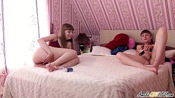 При просмотре клубнички брюнеточка трахается с фаллоимитатором на кровати