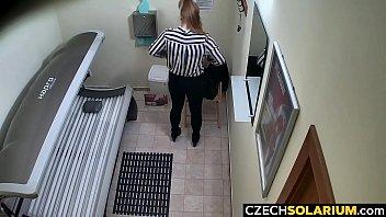 Полная мать с мясистой жопой сношается с сынулей родненького парня у него в комнатке