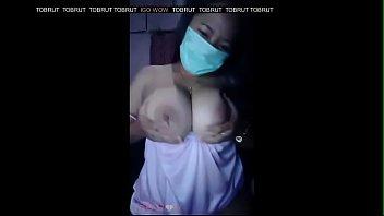 Русская веб модель страстно сосёт резиновый пенис перед камерой