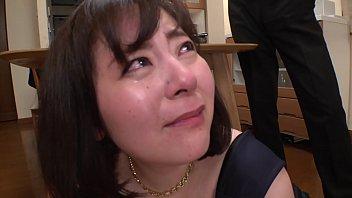 Русская девушка в белом белье трогает мохнатку рукой