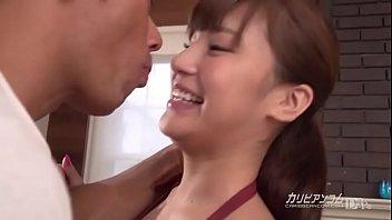 Мускулистый парень имеет чужую супругу в рот и мокрую писю и вынуждает её прыгать на пенисе