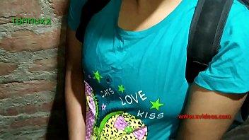 Девчоночка в зеленом лифчике хлещет рукой по своей ягодице
