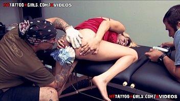 Молодая массажистка разминает тело зрелой мамули и лижет ее дырочку