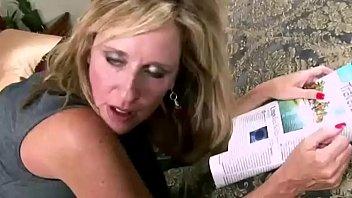 Черноволосая любительница жёстко от трахана в рот и вульву