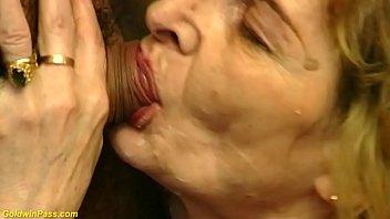 Малолетние лезбиянки целуются и сосут друг другу вагины