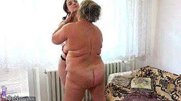 Скучающая телка с упругой аналом усаживается анусом на огромный дилдо