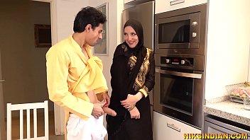 Молодой мужик учится верно чмокать пизду женщины и трахать её хуём