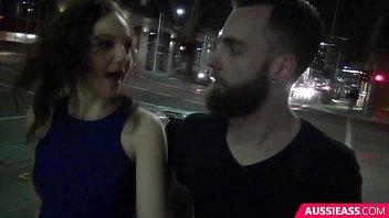 Ухажер вставляет эрегированный пенис в побритую половую щелочку подруги