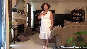 Толстушка снимает трусишки в многолюдном месте и показывает бритую вульву