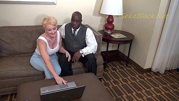 Юный и озабоченной паре нравится внимание, поэтому они ебутся перед вебкой