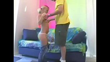 Голая молоденькая шлюха дрочит мохнатую мокрощелку секс игрушкой на дивана