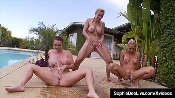 Две шлюхи-блондинки ебут мужчин порнозвезд